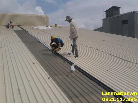 Hình ảnh thợ làm mái tôn tại Cầu Giấy